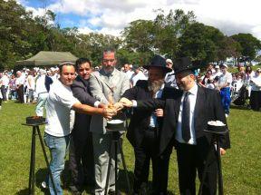 Rabinos acendem vela